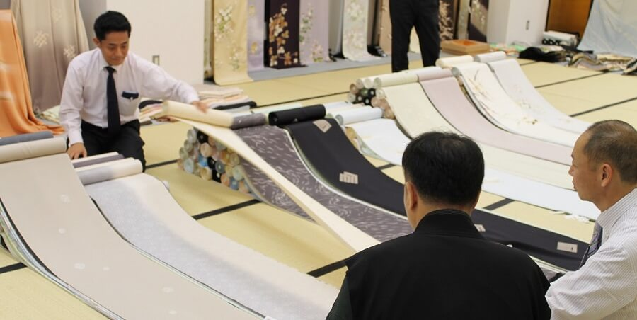 店主自らの厳しい目で、納得できるものだけを選びぬきます 安心の着物姿 着物通が集う店和の國