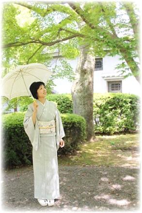 初夏、緑豊かな庭園を、着物姿で散策